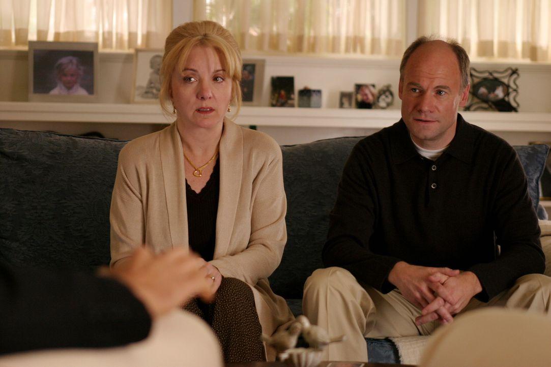 Anfangs sind Carol (Lee Garlington, l.) und P. J. Prosser (Jim Meskimen, r.) sehr irritiert, als ihnen die Detectives von ihrer Vermutung erzählen .... - Bildquelle: Warner Bros. Television
