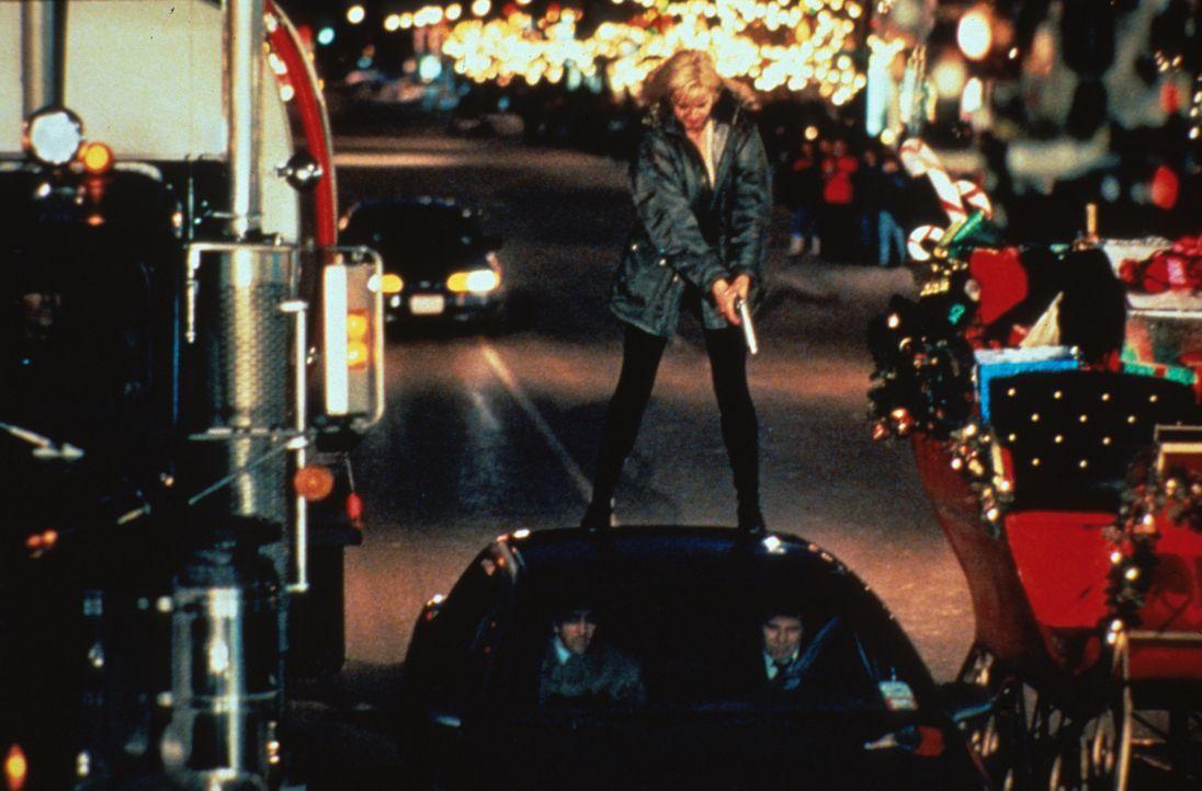 Gnadenlos von ihren Ex-Kollegen gejagt: Samantha Caine (Geena Davis) gerät wieder in die Mühlen der geheimnisvollen 'Operation Honeymoon' ... - Bildquelle: New Line Cinema