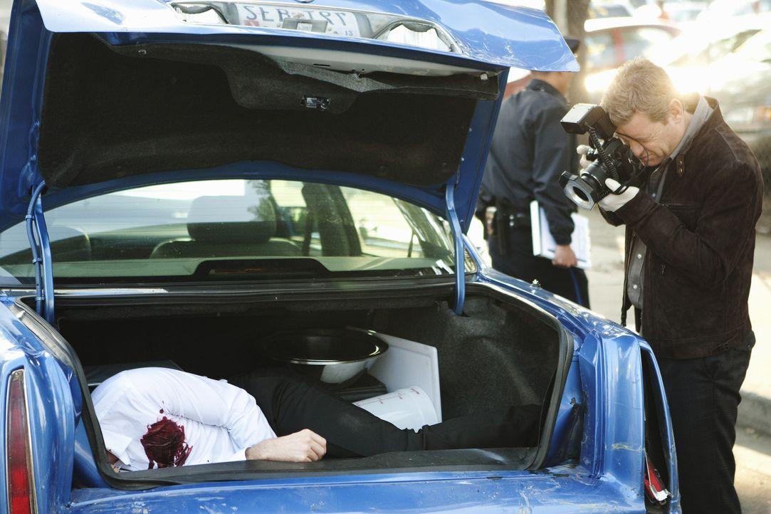 Eine Leiche im Kofferraum gibt nicht nur Peter Dunlop (Nicholas Bishop) Rätsel auf ... - Bildquelle: 2012 American Broadcasting Companies, Inc. All rights reserved.