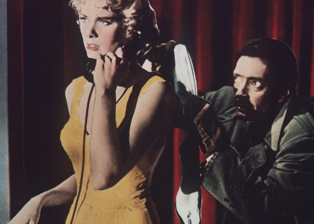 Ein Telefonanruf ist das Zeichen für einen Mord: Lesgate (Anthony Dawson, r.) schleicht sich an Margot (Grace Kelly, l.) heran, um sie zu erwürgen .... - Bildquelle: Warner Bros.
