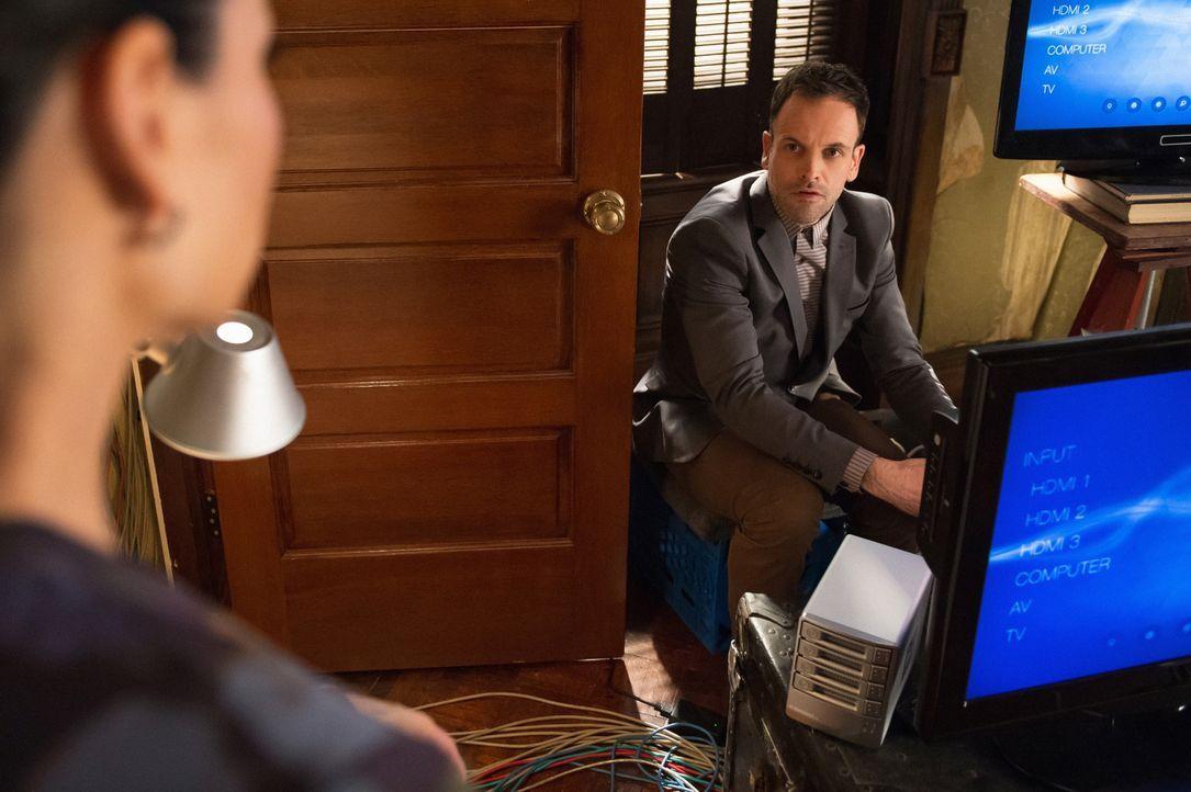 Ermitteln in einem neuen Fall: Holmes (Jonny Lee Miller, r.) und Watson (Lucy Liu, l.) ... - Bildquelle: CBS Television