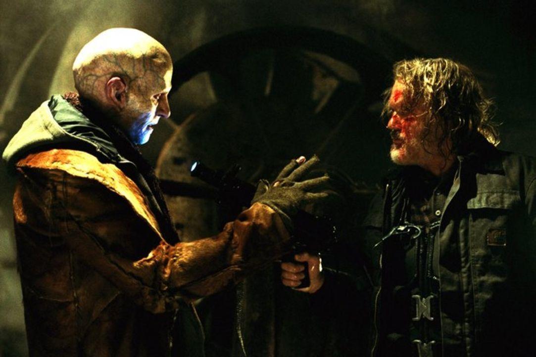 Ein Kampf auf Leben und Tod entbrennt zwischen dem abgrundtief bösen Vampir Nomak (Luke Goss, l.) und Blades Freund Whistler (Kris Kristofferson, r.... - Bildquelle: New Line Cinema