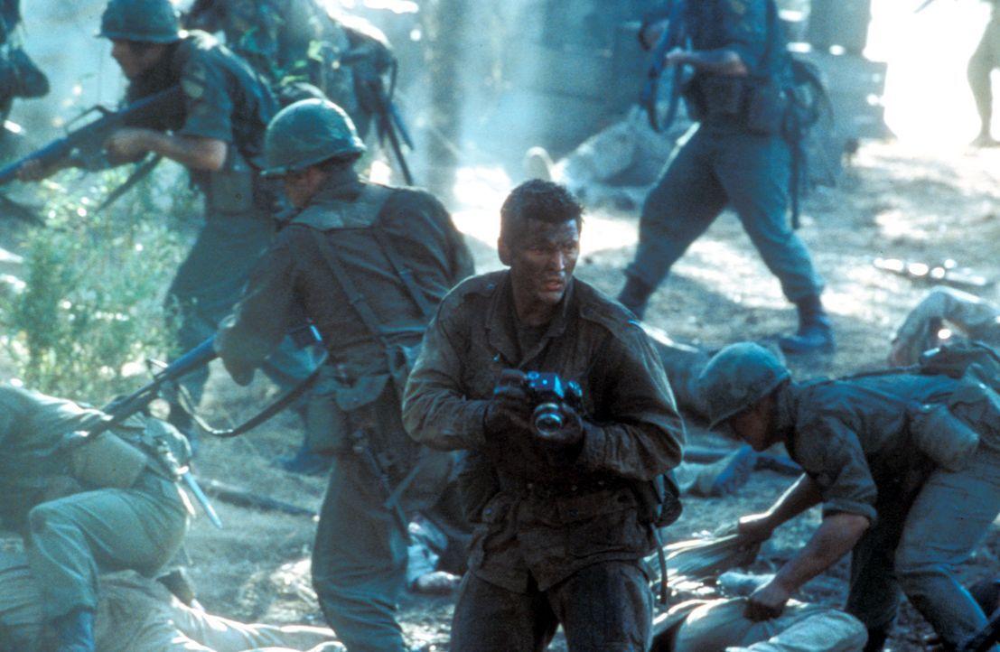 Das Grauen nimmt kein Ende: Kriegsfotograf Joe Galloway (Barry Pepper, 2.v.r.) ... - Bildquelle: Paramount Pictures