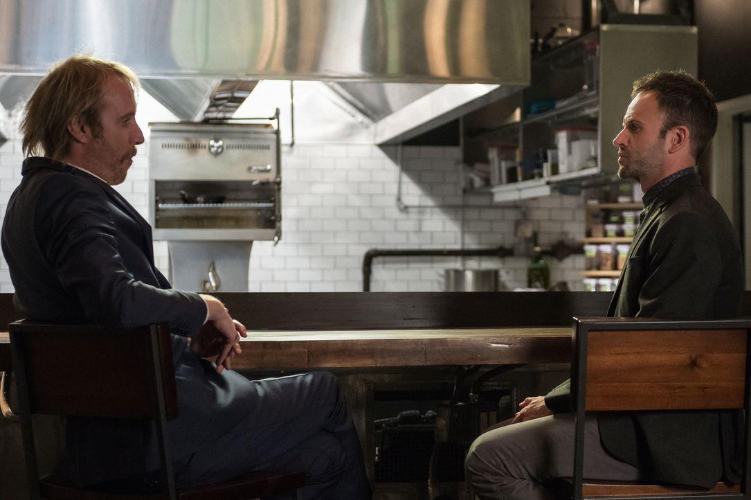 Sherlock Holmes (Jonny Lee Miller, r.) wird von seinem Bruder Mycroft (Rhys Ifans, l.) gebeten, ihm bei einem Fall zu helfen ... - Bildquelle: CBS Television