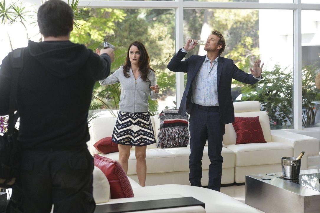 Jane (Simon Baker, r.) und Lisbon (Robin Tunney, l.) hatten eine ausgeklügelte Strategie eingefädelt, um in einer Luxusvilla auf einer fingierten Pa... - Bildquelle: Warner Bros. Television