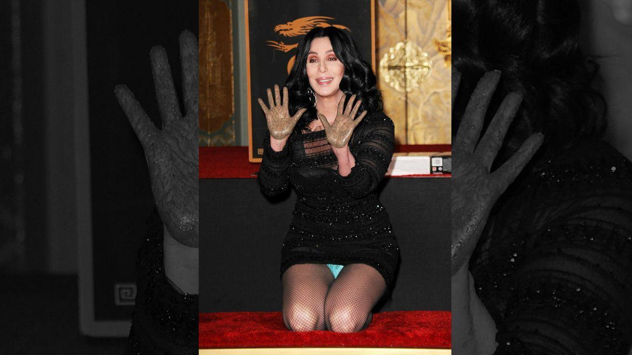 Cher zeigt sich unfreiwillig freizügig  - Bildquelle: Getty Images/AFP