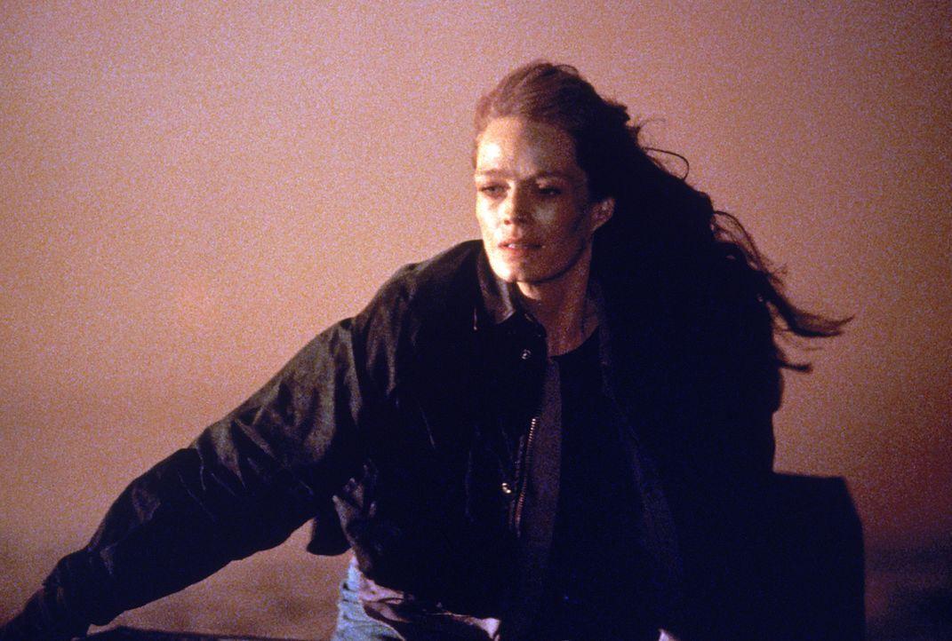 Ein gefährlicher Verbrecher versucht einen Waldbrand zur Flucht zu nutzen. Monica (Christianne Hirt) ist ihm auf den Fersen.