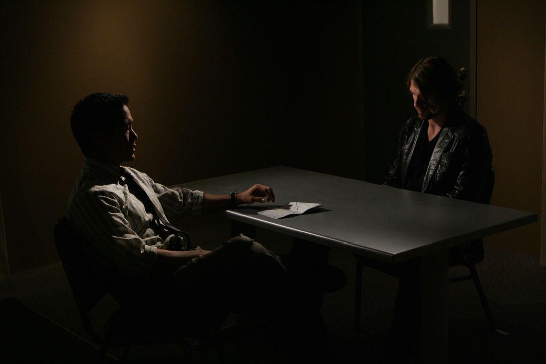 Kimball Cho (Tim Kang, l.) im Verhör mit einem Verdächtigen im Mordfall Jason Sands ... - Bildquelle: Warner Bros. Television