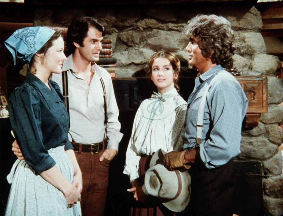 John (Stan Ivar, 2.v.l.) und Sarah Carter (Pamela Roylance, l.) haben die Farm von Charles Ingalls (Michael Landon, r.) gekauft. Laura (Melissa Gilb... - Bildquelle: Worldvision