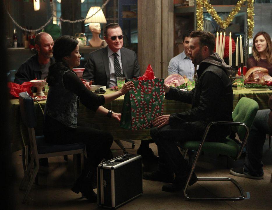 Eigentlich wünscht sich Paige (Katharine McPhee, r.) für ihren Sohn und ihre Freunde lediglich ein ganz normales Weihnachtsfest, doch das wird mit P... - Bildquelle: Sonja Flemming 2014 CBS Broadcasting, Inc. All Rights Reserved