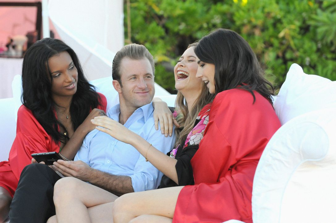 Danny (Scott Caan, 2.v.l.) genießt seinen Job, die schönsten Frauen der Welt (Jacquelyn Jablonski, r., Jasmine Tookes, l. und Behati Prinsloo, 2.v.r... - Bildquelle: 2012 CBS Broadcasting, Inc. All Rights Reserved.