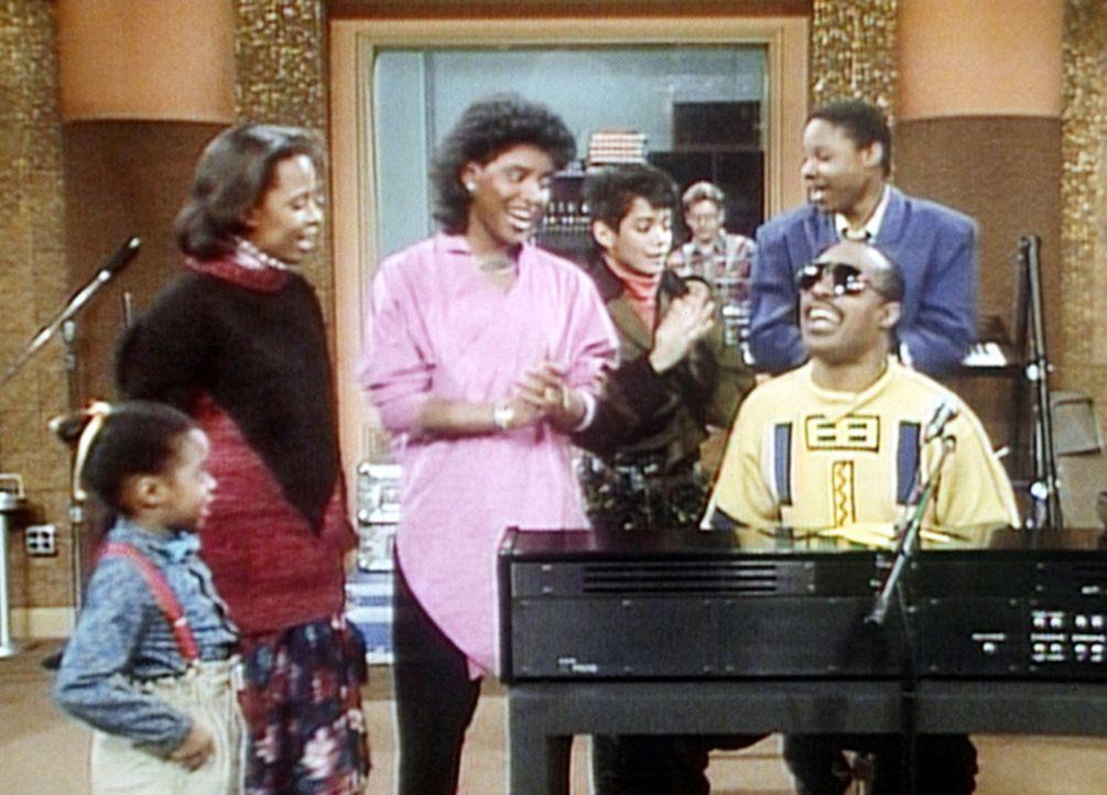 Nachdem es einen Unfall mit dem Wagen von Stevie Wonder (Stevie Wonder, r.) gab, hat der Superstar die Huxtables ins Studio eingeladen. - Bildquelle: Viacom