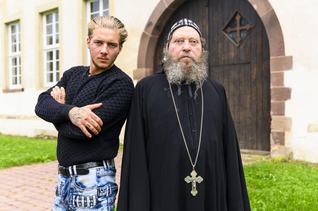 Fabian (l.); Pater Bolikarbos (r.) - Bildquelle: Julia Feldhagen Kabel Eins / Julia Feldhagen