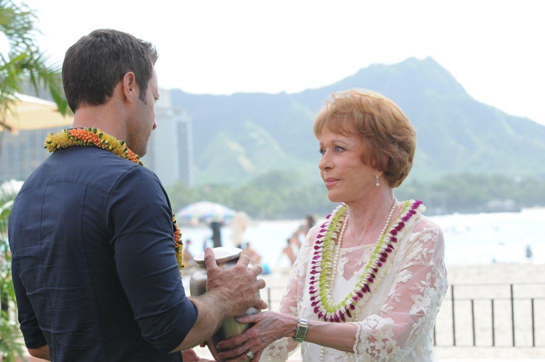 Tante Deb (Carol Burnett, r.) kehrt nach Hawaii zurück, um die Asche ihres Ehemanns zu verstreuen. Sie bittet Steve (Alex O'Loughlin, l.) um Hilfe d... - Bildquelle: Norman Shapiro 2015 CBS Broadcasting, Inc. All Rights Reserved / Norman Shapiro