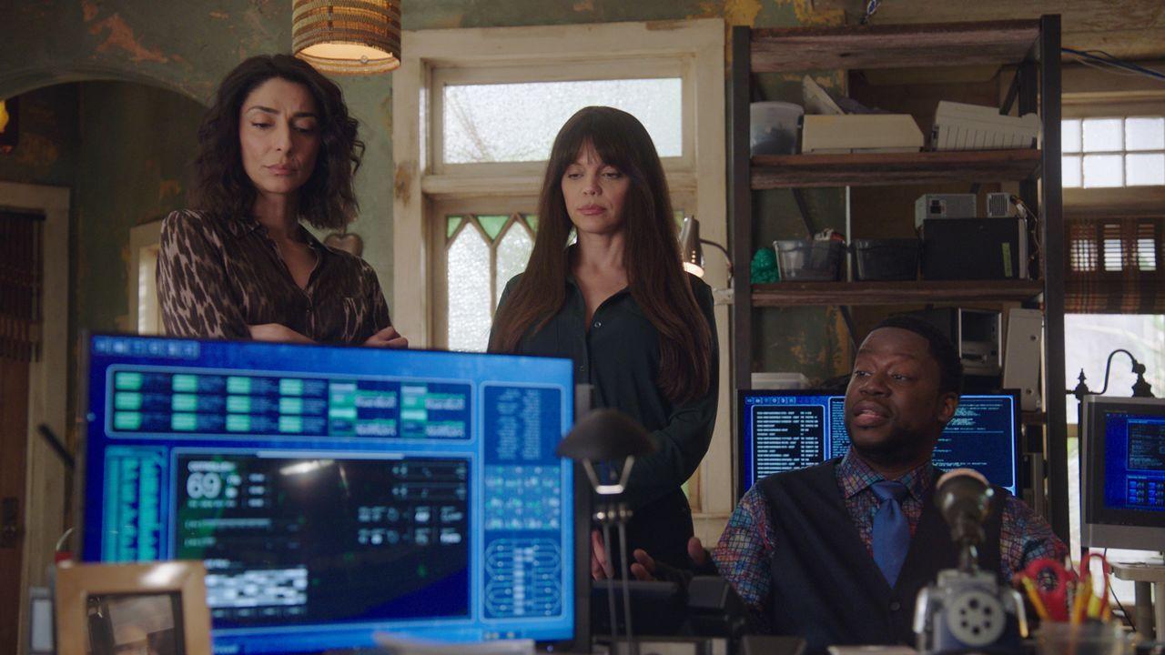 (v.l.n.r.) Hannah Khoury (Necar Zadegan); Tammy Gregorio (Vanessa Ferlito); Patton Plame (Daryl 'Chill' Mitchell) - Bildquelle: 2021 CBS Broadcasting Inc. All Rights Reserved.