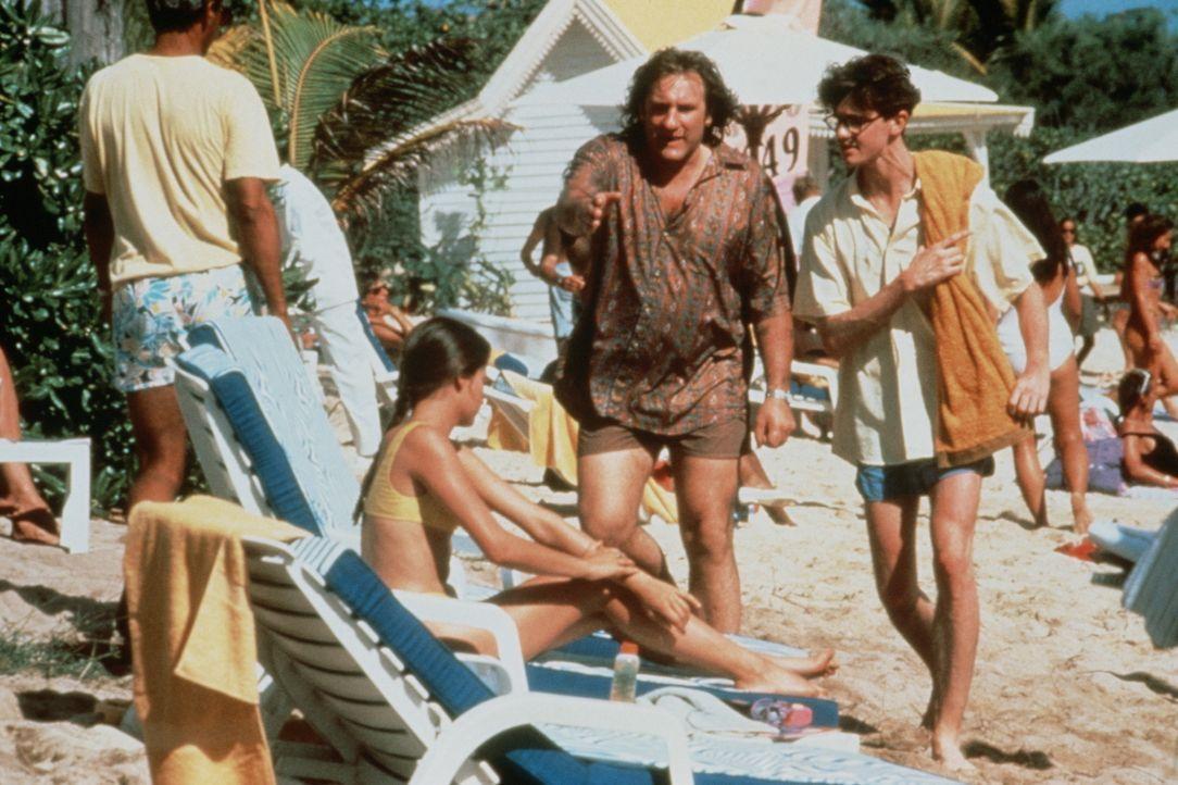 Hat außer Papa (Gérard Depardieu, M.) auch noch andere Männer im Kopf: Véronique (Marie Gillain, l.) ... - Bildquelle: TF1 Films Productions