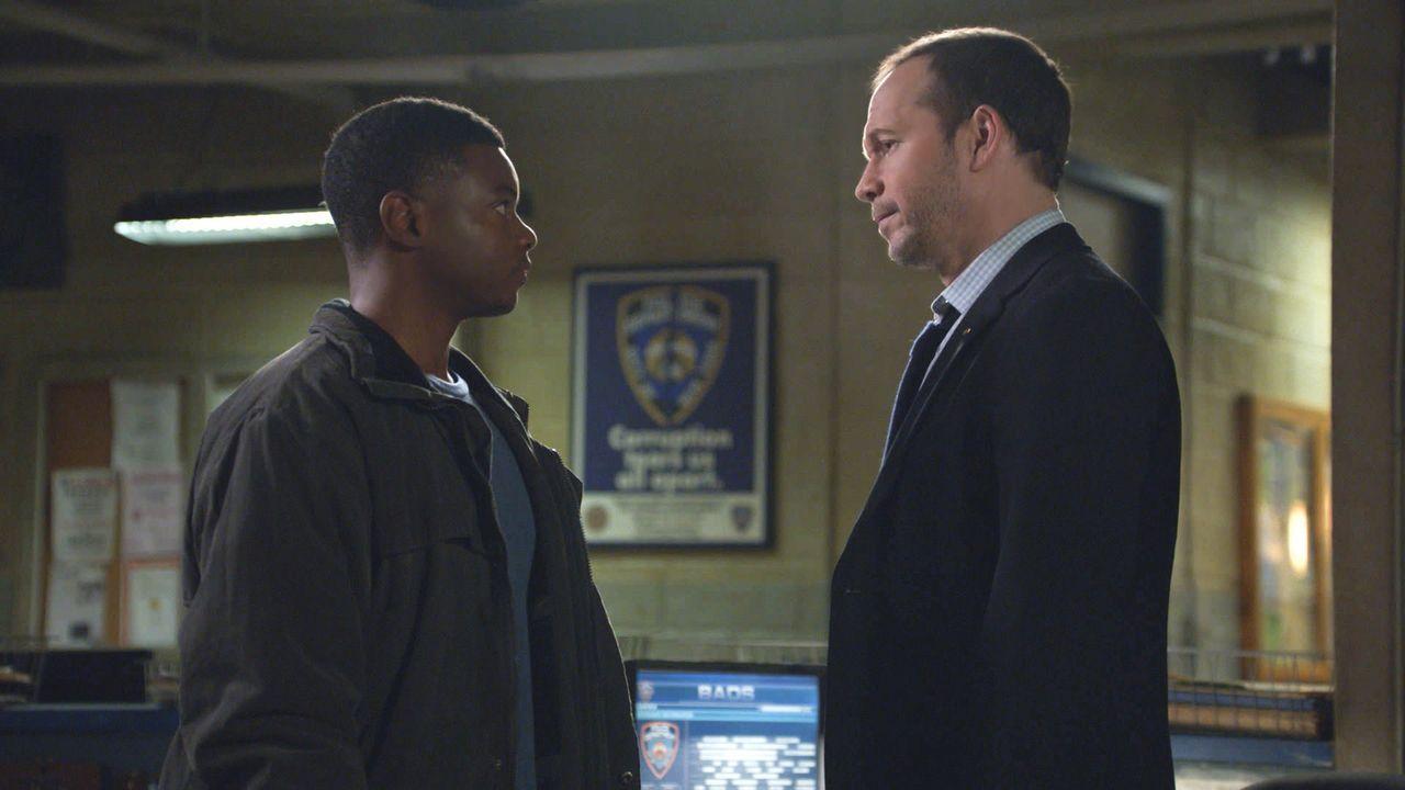 Danny (Donnie Wahlberg, r.) ist Geschworener im Mordprozess gegen Deshawn Williams (J.Mallory McCree, l.). Dort entwickelt er sich zum einzigen Fürs... - Bildquelle: 2013 CBS Broadcasting Inc. All Rights Reserved.