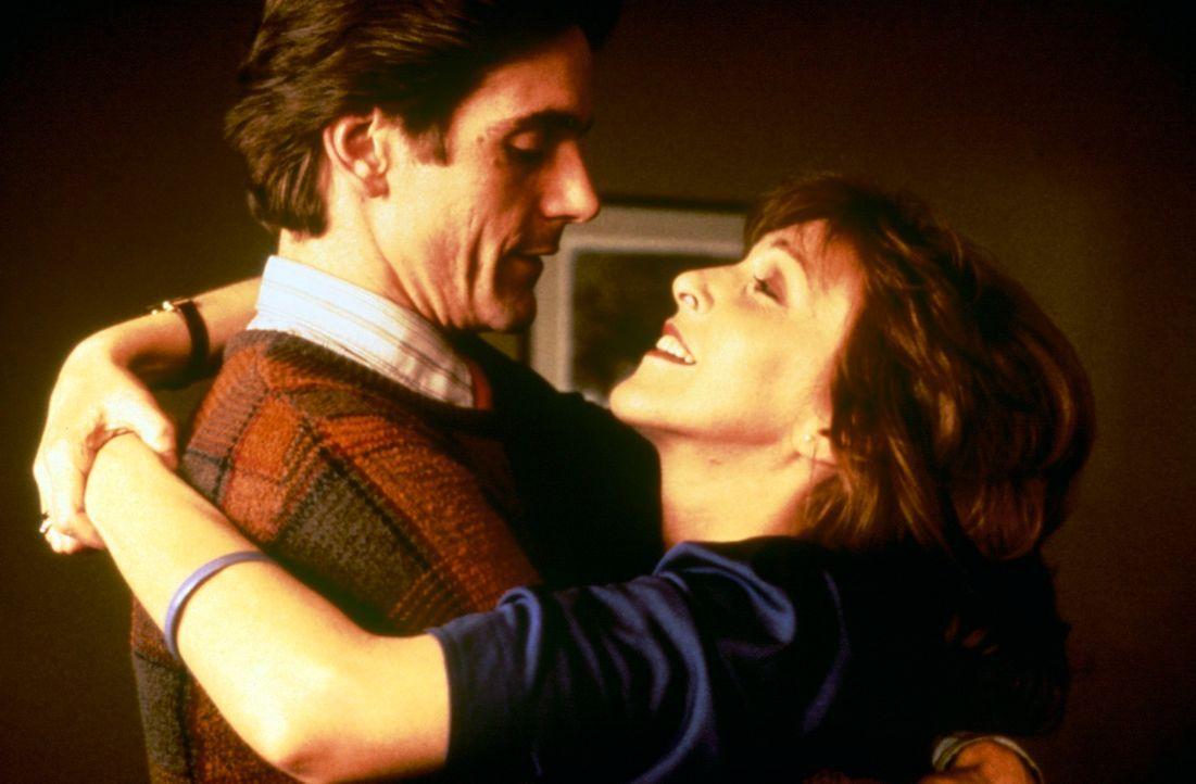 Jahrelang hatte die Verlegersgattin Emma (Patricia Hodge, r.) ein Verhältnis mit Jerry (Jeremy Irons, l.), dem besten Freund ihres Mannes. Erst als... - Bildquelle: Paramount Pictures