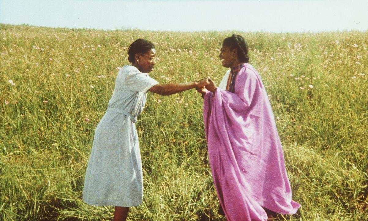 Nach jahrelanger Trennung fallen sich die Schwestern Nettie (Akosua Busia, r.) und Celie (Whoopi Goldberg, l.) überglücklich in die Arme ... - Bildquelle: Warner Bros.