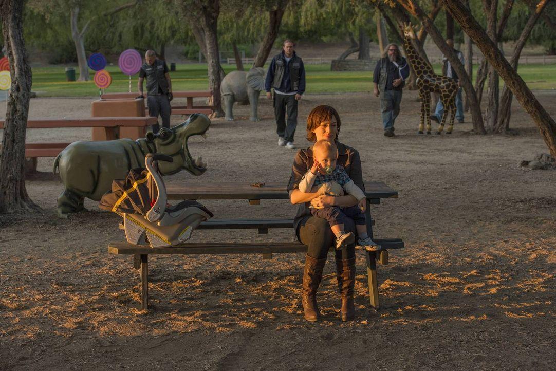 Nachdem Jax (Charlie Hunnam, hinten l.) sie und die Kinder gefunden und ihr tatsächlich nach allem verziehen hat, scheint es für Tara (Maggie Siff,... - Bildquelle: 2013 Twentieth Century Fox Film Corporation and Bluebush Productions, LLC. All rights reserved.