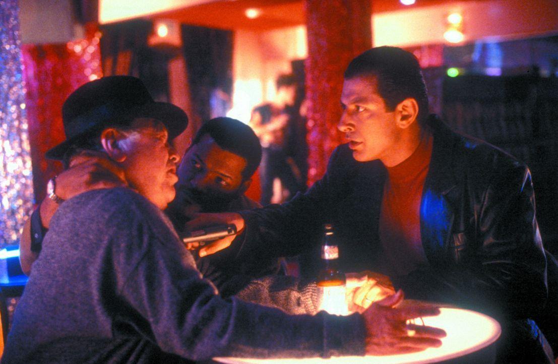 Undercover-Cop John Hull (Laurence Fishburne, M.) und der korrupte Anwalt David Jason (Jeff Goldblum, r.) unterhalten sich mit dem zwielichtigen Gop... - Bildquelle: Warner Bros.