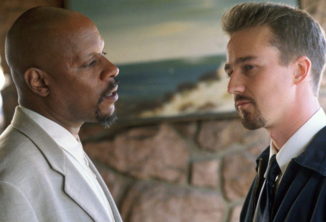 Mit der Hilfe des Schuldirektors Sweeney (Avery Brooks, l.) will Derek Vinyard (Edward Norton, r.) seinen Bruder Danny aus den Fängen der Rechtsextr... - Bildquelle: 1998 Warner Broth.