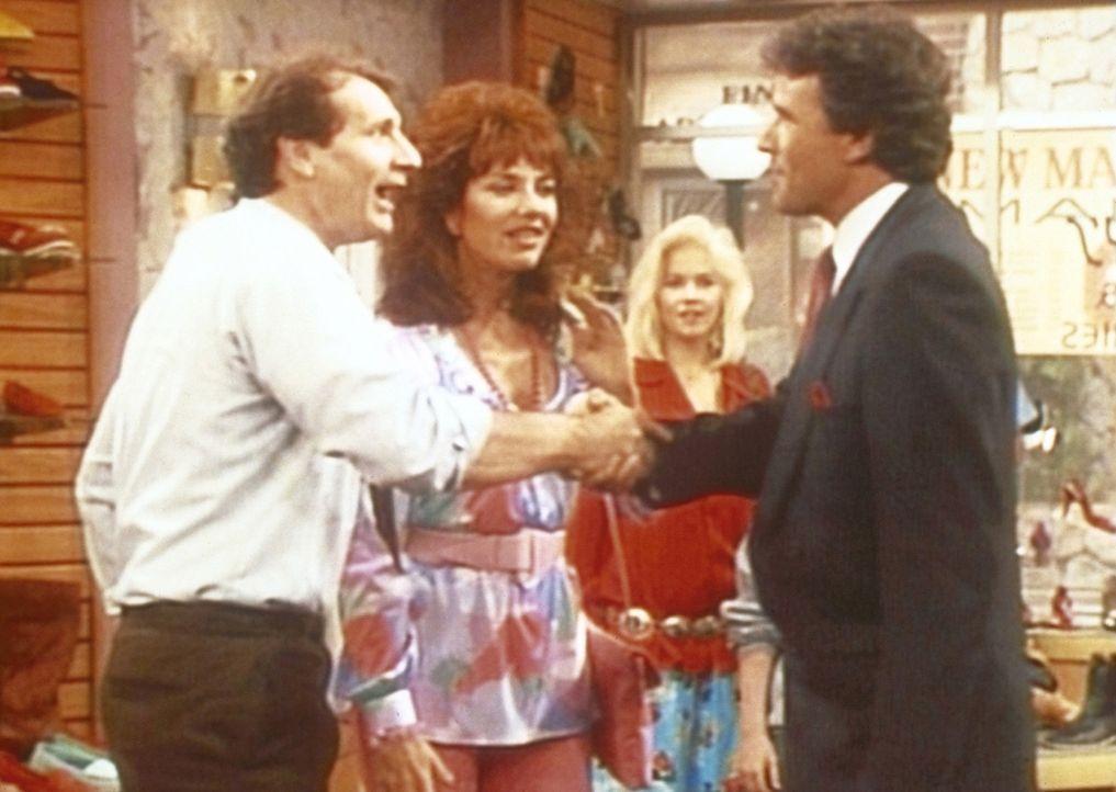 Peggy (Katey Sagal, 2.v.l.) und Kelly (Christina Applegate) sind verblüfft: Gary (Geoffrey Scott, r.) scheint seinen Angestellten Al (Ed O'Neill, l... - Bildquelle: Columbia Pictures