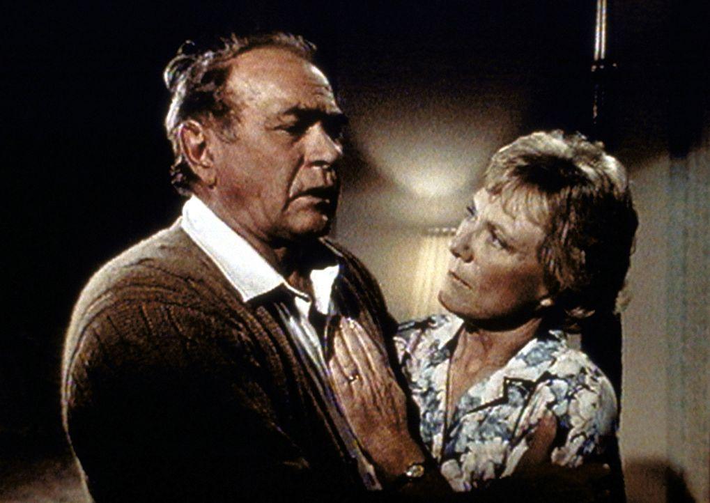 In Marthas (Patricia Smith, r.) Traum wird Hale (Darren McGavin, l.) mit schmerzlichen Gefühlen konfrontiert. - Bildquelle: Worldvision Enterprises, Inc.