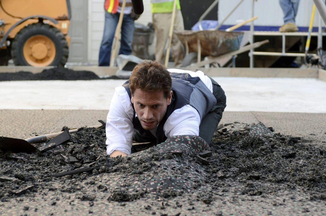 Henry (Ioan Gruffudd) ahnt, was er unter der Asphaltdecke finden wird ... - Bildquelle: Warner Brothers