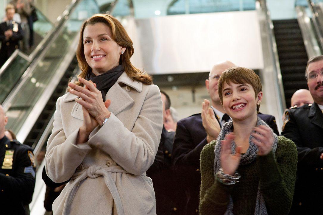 Erin (Bridget Moynahan, l.) und Nicky (Sami Gayle, r.) lassen sich die feierliche Eröffnung des Atriums im John Kay College nicht entgehen. - Bildquelle: 2010 CBS Broadcasting Inc. All Rights Reserved