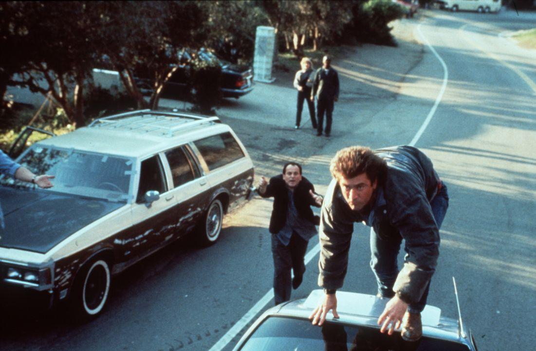 Der Polizist Riggs (Mel Gibson, r.) gibt wirklich alles, wenn es um die Beschattung eines Kronzeugen geht ... - Bildquelle: Warner Brothers International