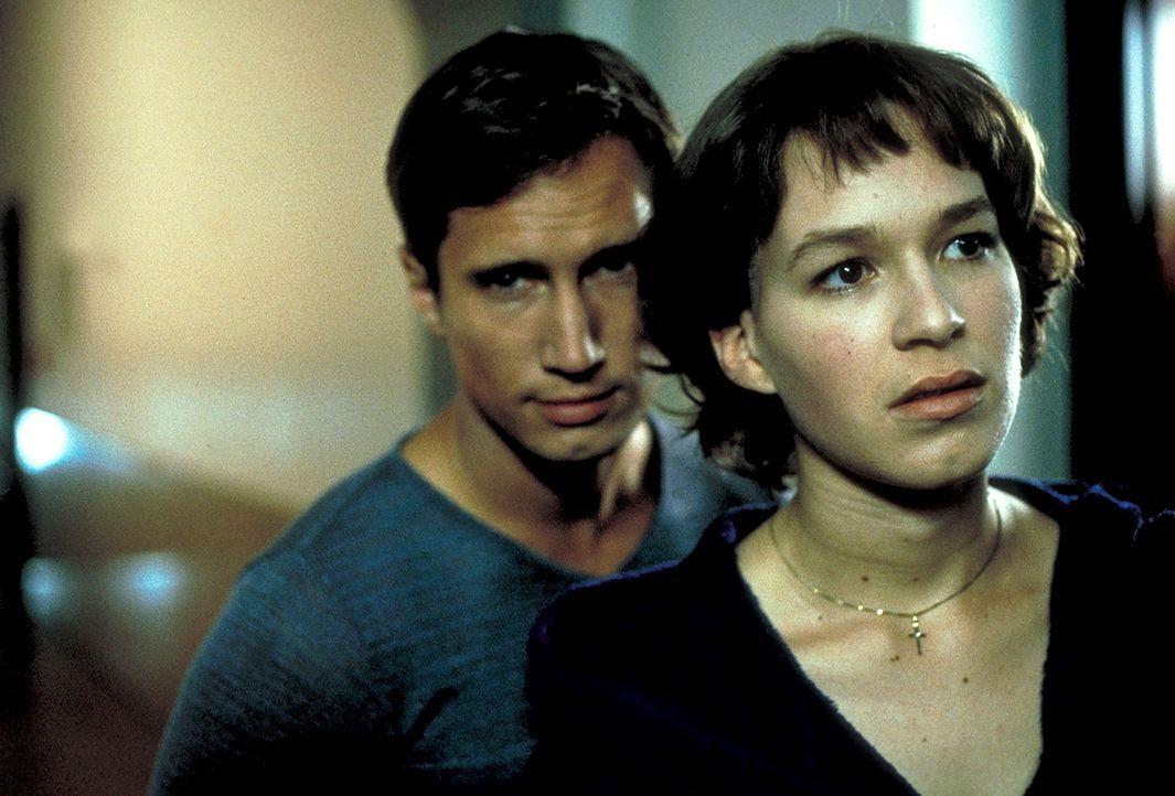 Der schüchterne Hein (Benno Fürmann, l.) weiß von den Nachforschungen der ungläubigen Paula (Franka Potente, r.) ... - Bildquelle: Columbia Pictures