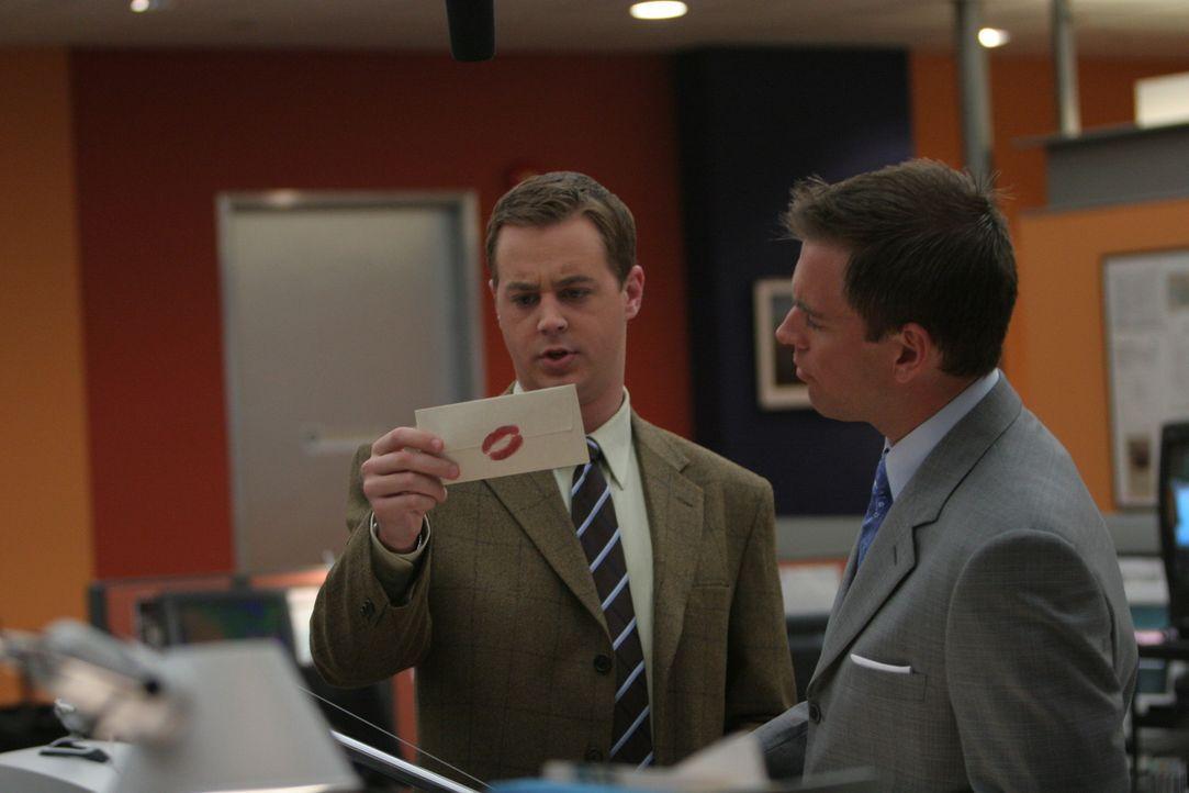 Als McGee (Sean Murray , l.) einen Brief, der mit einem Lippenstiftabdruck versiegelt ist, in der Hand hält, glaubt Tony (Michael Weatherly, r.), da... - Bildquelle: CBS Television