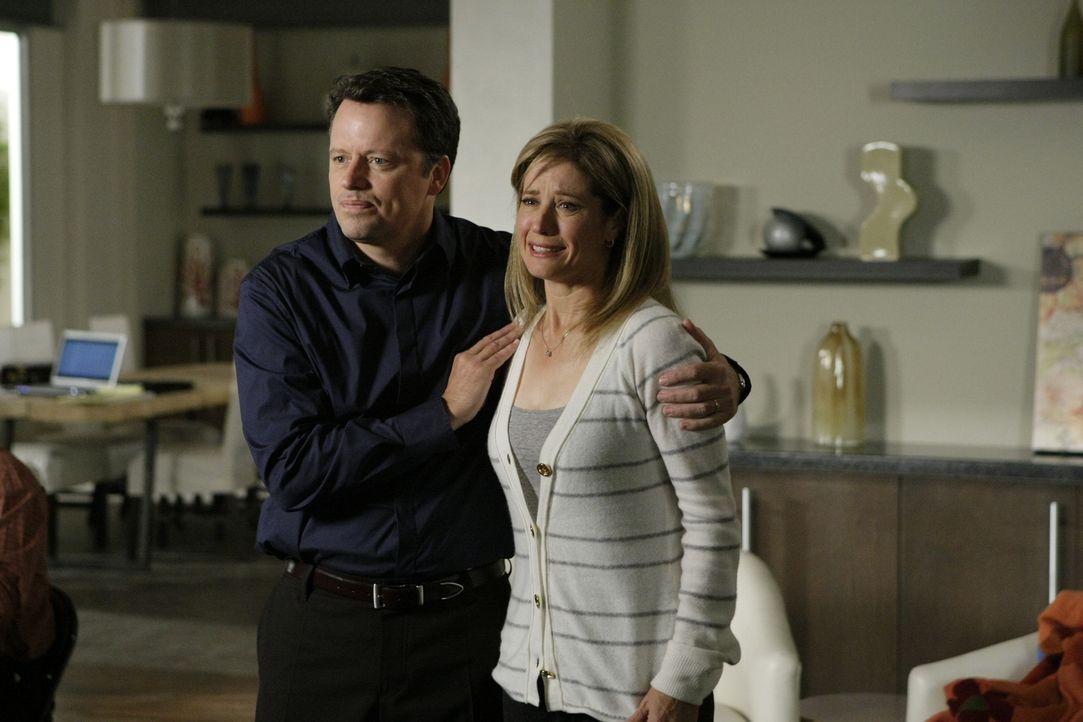 Die Tochter von Laura (Nancy Travis, r.) und Darren Swenson (Steven Culp, l.) wurde entführt und die Kidnapper verlangen 5 Millionen Dollar Lösegeld... - Bildquelle: Paramount Network Television