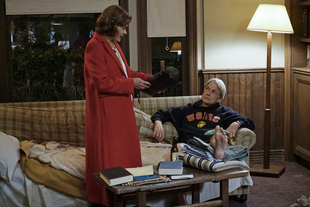 Gemeinsam ermitteln sie in einem neuen Mordfall: Gibbs (Mark Harmon, r.) und Judith McKnight (Jessica Walter, l.) ... - Bildquelle: Cliff Lipson CBS Television / Cliff Lipson