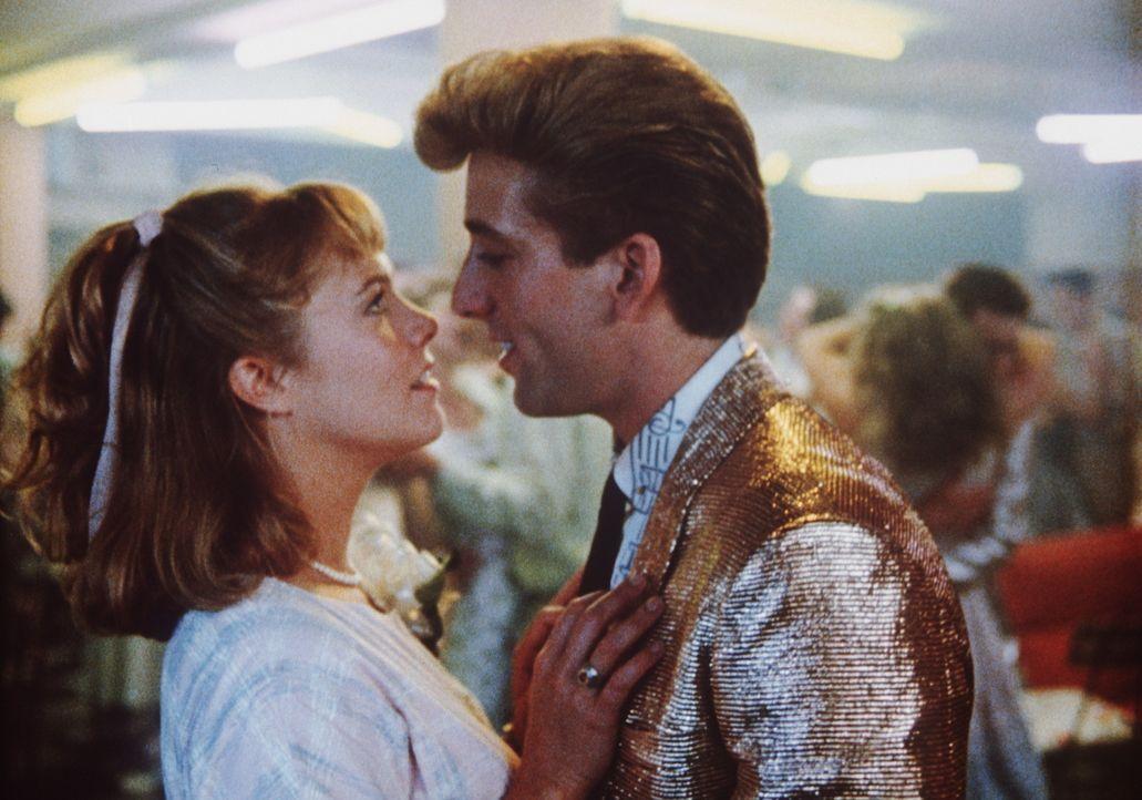 Obwohl sie um ihr Schicksal weiß, gerät Peggy Sue (Kathleen Turner, l.) auch in der Vergangenheit immer wieder an Charlie (Nicolas Cage, r.), ihre... - Bildquelle: TriStar Pictures