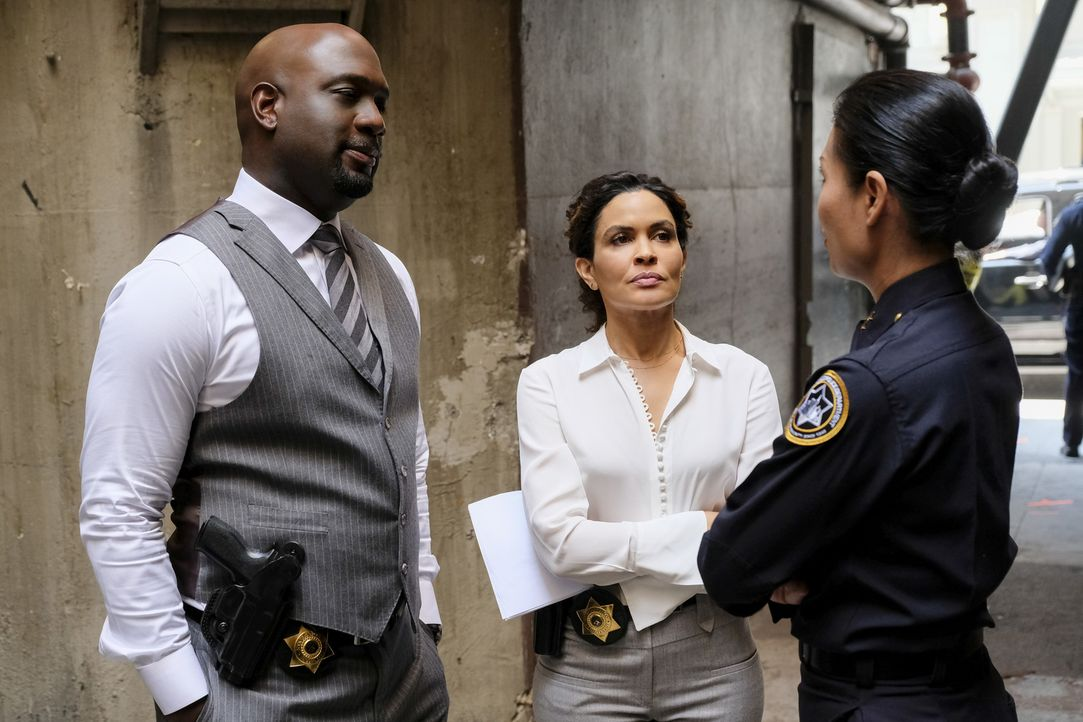Ausgerechnet als sich Detective Cavanaugh (Richard T. Jones, l.), Detective Ruiz (Ion Overman, M.) und Deputy Chief Elaine Wu (Gwendoline Yeo, r.) n... - Bildquelle: Darren Michaels Darren Michales   2017 CBS Broadcasting, Inc. All Rights Reserved.