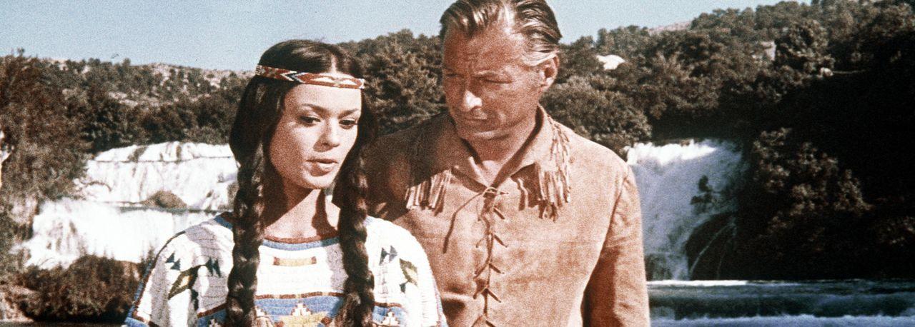 Obwohl Old Shatterhand (Lex Barker, r.) ein Weißer ist, entwickelt er zu der schönen Apachenfrau Nscho-Tschi (Marie Versini, l.) eine besondere Be... - Bildquelle: Columbia Pictures