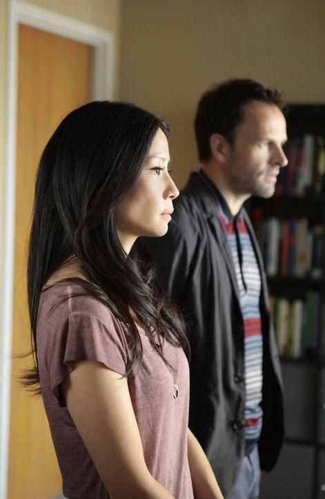 Versuchen, einem Mordfall zu lösen: Sherlock Holmes (Jonny Lee Miller, r.) und Joan Watson (Lucy Liu, l.) ... - Bildquelle: CBS Television