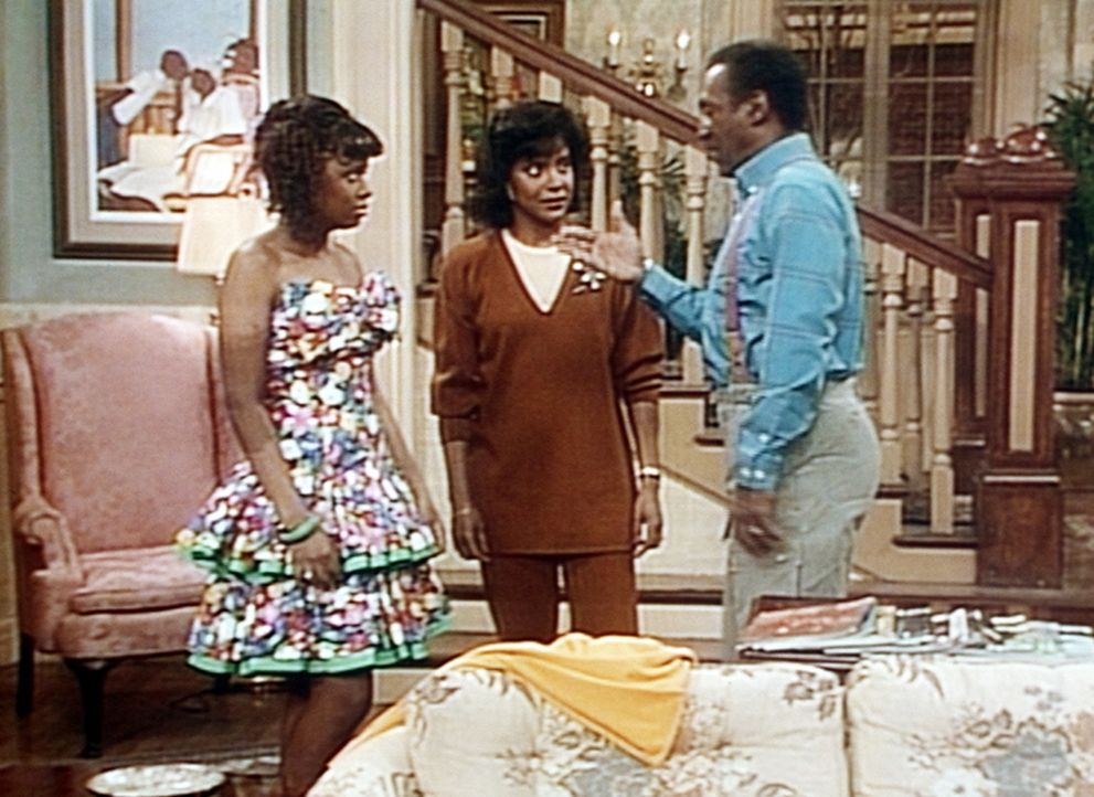 Cliff (Bill Cosby, r.) findet Vanessas (Tempsett Bledsoe, l.) neues Kleid zu gewagt, um damit zu einer Party zu gehen - nur: Clair (Phylicia Rashad,... - Bildquelle: Viacom