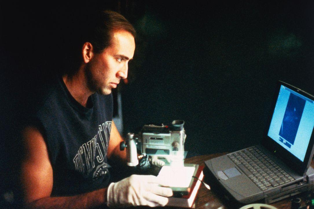 Um das Opfer ausfindig machen zu können, beginnt Detektiv Tom Welles (Nicolas Cage) die Vermisstendatei der Polizei zu durchsuchen. Schon bald wird... - Bildquelle: Columbia Pictures