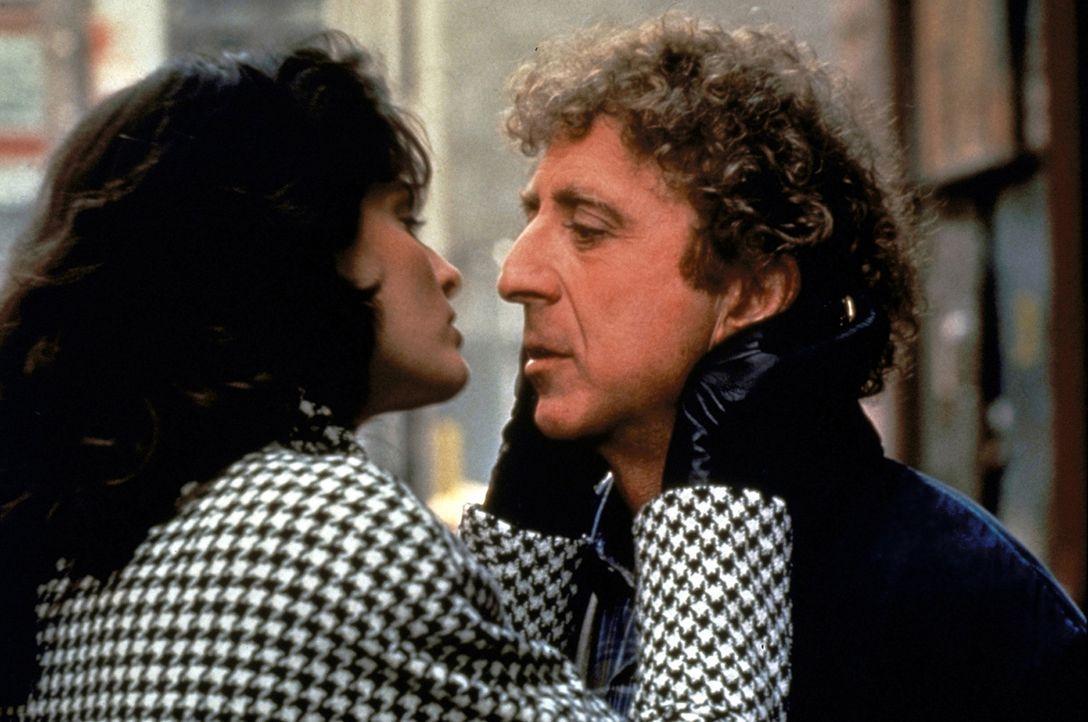 Wird es dem tauben Dave (Gene Wilder, r.) gelingen, den weiblichen Reizen der raffinierten Eve (Joan Severance, l.) zu widerstehen? - Bildquelle: TriStar Pictures