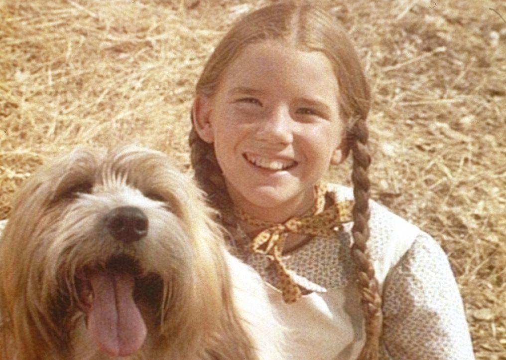 Laura (Melissa Gilbert) spielt draußen mit ihrem Lieblingshund. - Bildquelle: Worldvision