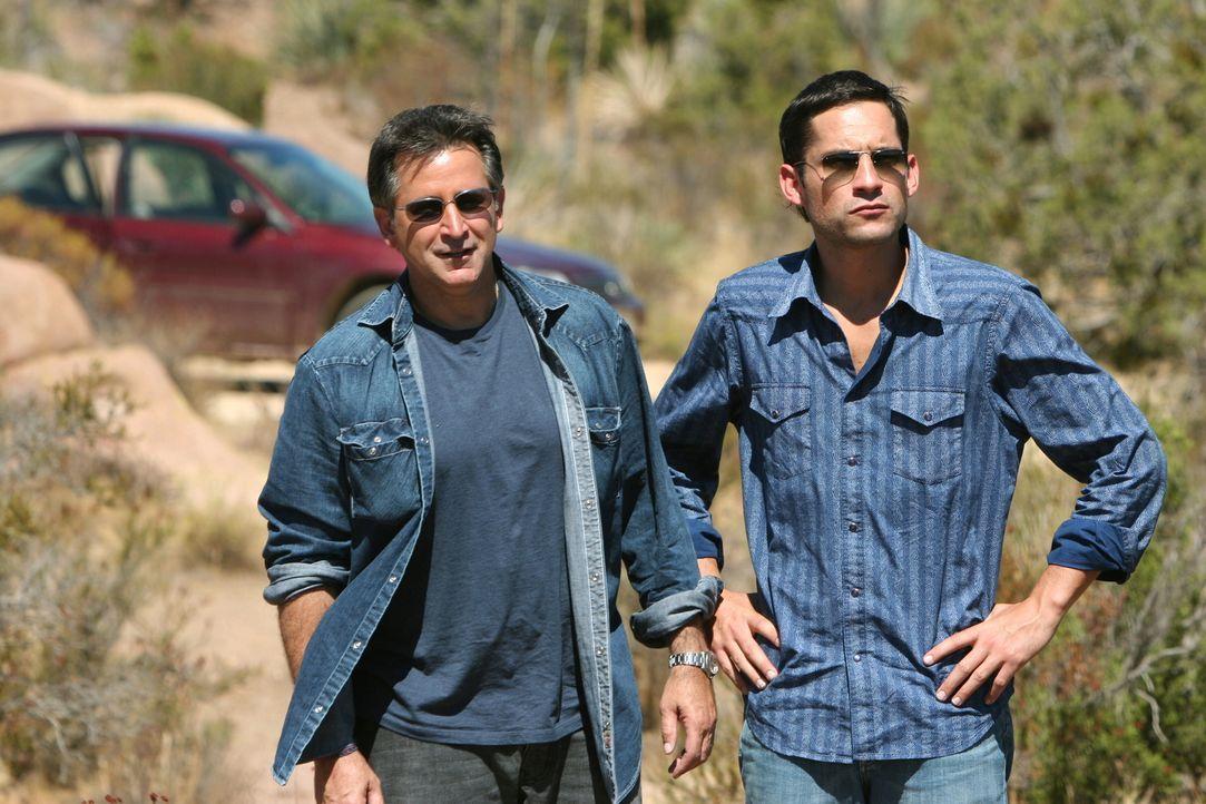 Danny (Enrique Murciano, r.) und Jack (Anthony LaPaglia, l.) arbeiten an einem neuen Fall ... - Bildquelle: Warner Bros. Entertainment Inc.