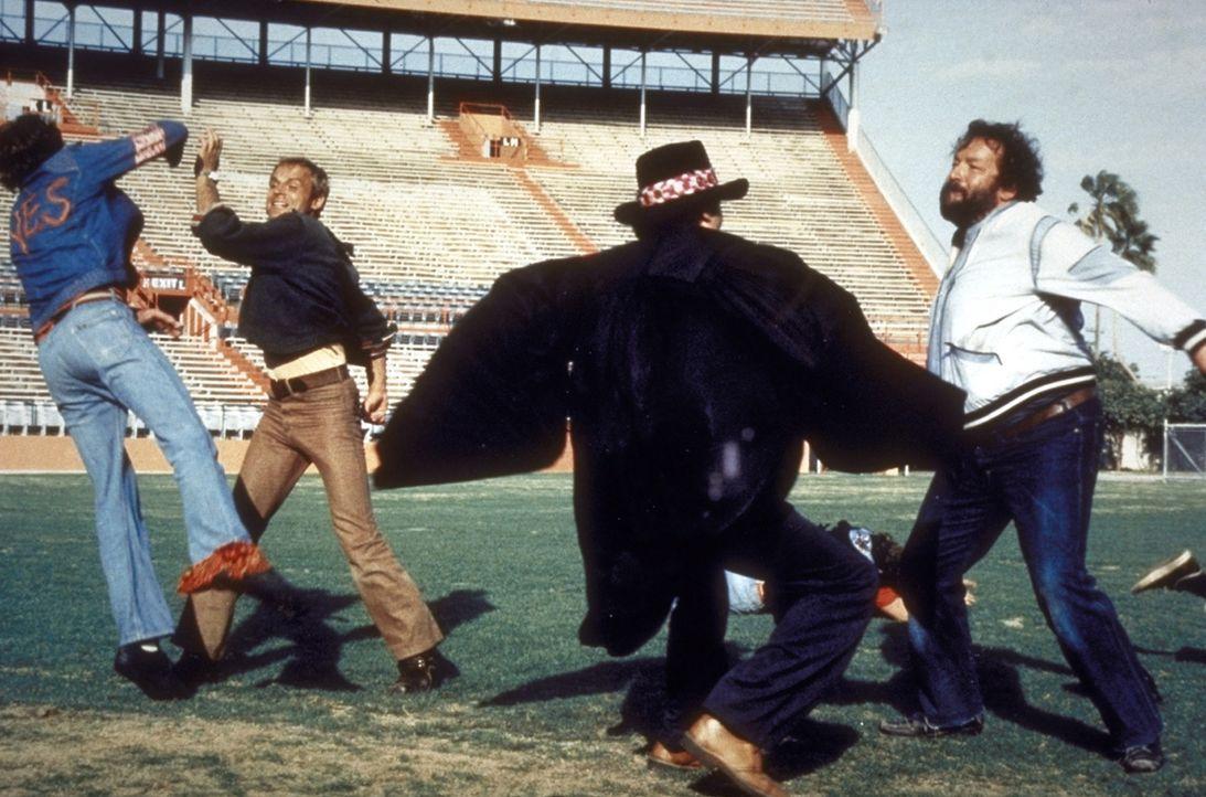 Die besten Argumente teilen Matt (Terence Hill, 2.v.l.) und Willbur (Bud Spencer, r.) gerne mit ihren Fäusten aus ... - Bildquelle: Warner Bros. GmbH