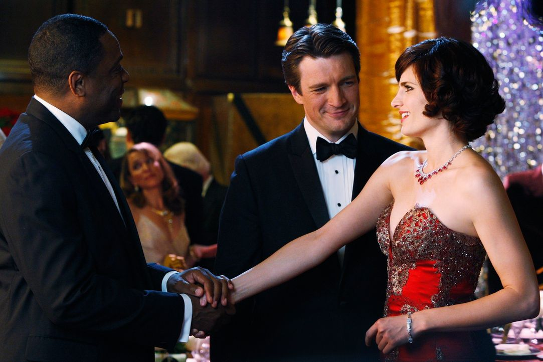 Richard Castle (Nathan Fillion, M.) stellt Kate (Stana Katic, r.) dem Bürgermeister (Joseph C. Phillips, l.) vor. - Bildquelle: ABC Studios