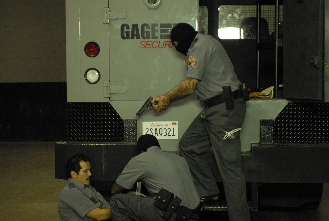 Felix De La Pena (John Leguizamo, l.) arbeitet in L. A. für eine Firma als Geldtransporterfahrer. Täglich muss er befürchten, Opfer eines Überfalls... - Bildquelle: 2008 Boyle Heights, LLC. All Rights Reserved.