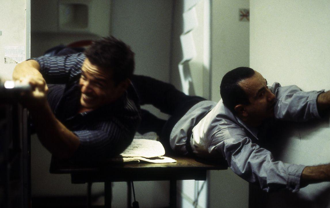 Nachdem Terroristen den Piloten des Privatjets kaltblütig erschossen haben, schlägt John Masters (Antonio Sabato, l.) zurück und dezimiert die Ga... - Bildquelle: Cinetel Films