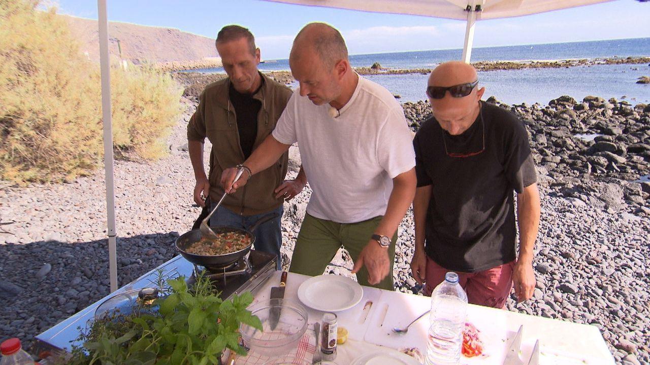 """Kann Frank Rosin (M.) die beiden Köche des """"Abraxas"""" Sven (r.) und Olaf (l.) wieder motivieren, mit guten Produkten schmackhafte Gerichte zu kochen? - Bildquelle: kabel eins"""