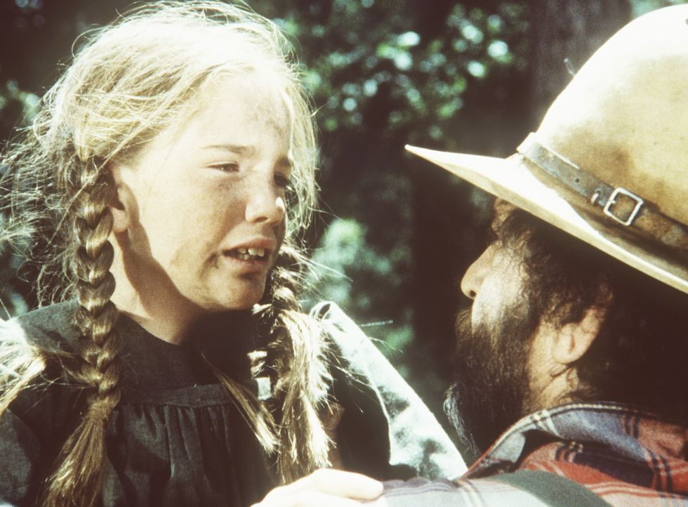 Laura (Melissa Gilbert, l.) erzählt Mr. Edwards (Victor French, r.), dass ihr Vater schwer verletzt in der Wildnis liegt. - Bildquelle: Worldvision